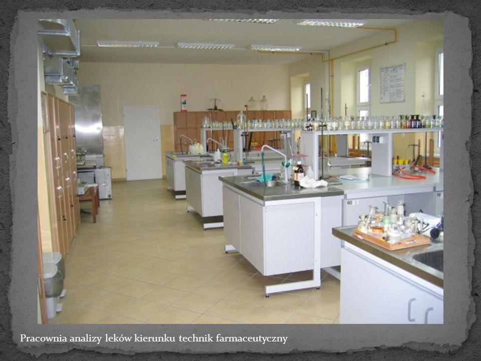 Technik farmaceutyczny – tworzy średni personel medyczny pracujący w aptekach wszystkich rodzajów, sklepach drogeryjnych, zielarskich, magazynach i hurtowniach leków i artykułów sanitarnych.