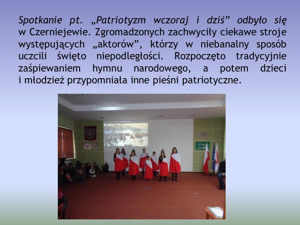 """Spotkanie pt. """"Patriotyzm wczoraj i dziś"""" odbyło się w Czerniejewie. Zgromadzonych zachwyciły ciekawe stroje występujących """"aktorów"""", którzy w niebana"""