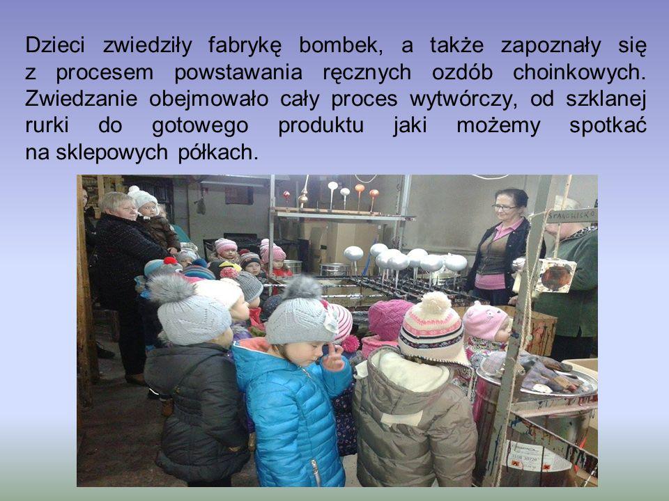 Dzieci zwiedziły fabrykę bombek, a także zapoznały się z procesem powstawania ręcznych ozdób choinkowych. Zwiedzanie obejmowało cały proces wytwórczy,