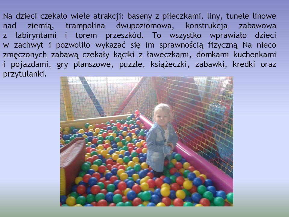 Na dzieci czekało wiele atrakcji: baseny z piłeczkami, liny, tunele linowe nad ziemią, trampolina dwupoziomowa, konstrukcja zabawowa z labiryntami i t