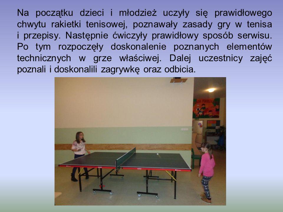 Na początku dzieci i młodzież uczyły się prawidłowego chwytu rakietki tenisowej, poznawały zasady gry w tenisa i przepisy. Następnie ćwiczyły prawidło