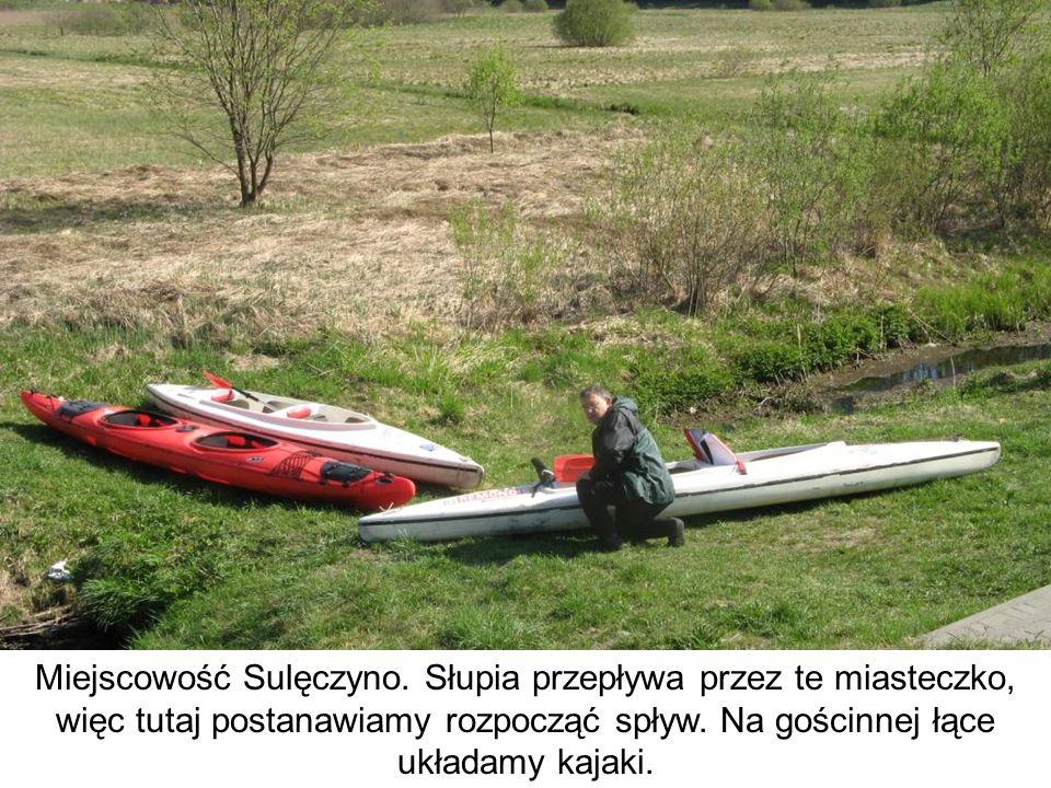 Miejscowość Sulęczyno. Słupia przepływa przez te miasteczko, więc tutaj postanawiamy rozpocząć spływ. Na gościnnej łące układamy kajaki.
