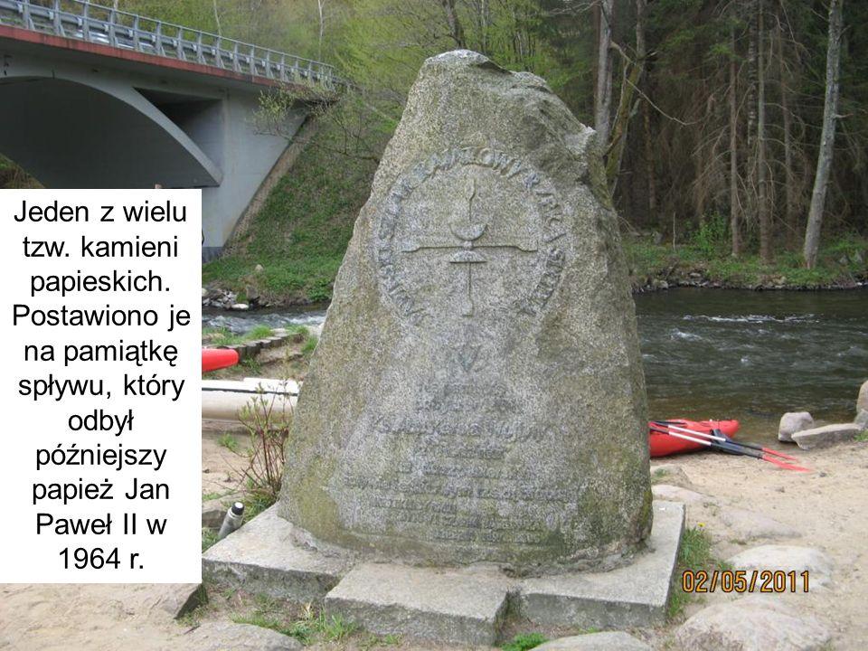 Jeden z wielu tzw. kamieni papieskich. Postawiono je na pamiątkę spływu, który odbył późniejszy papież Jan Paweł II w 1964 r.