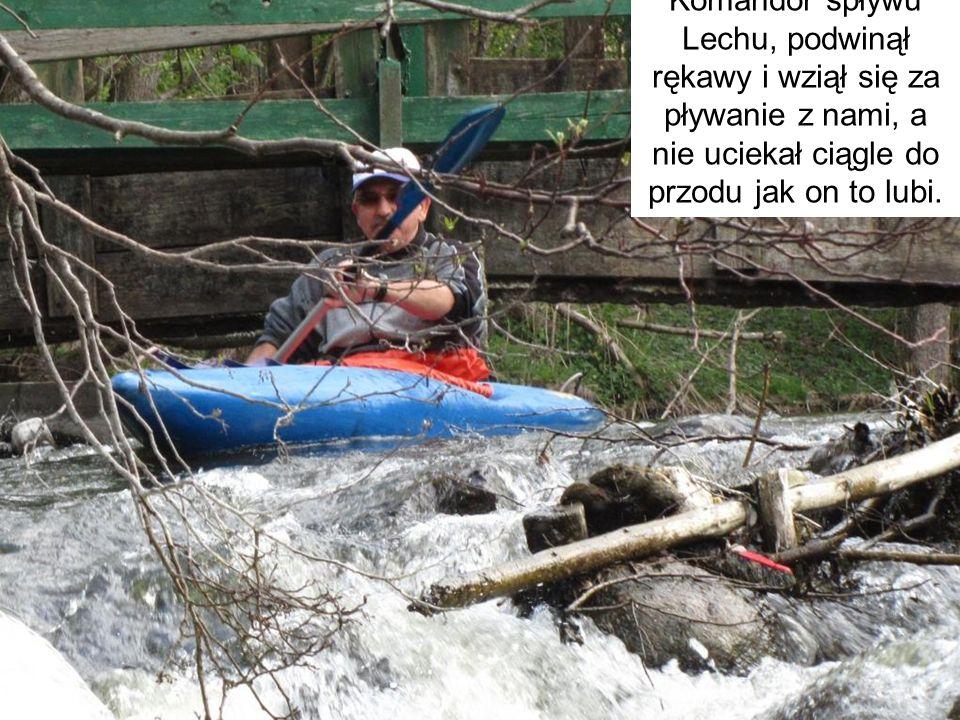 Komandor spływu Lechu, podwinął rękawy i wziął się za pływanie z nami, a nie uciekał ciągle do przodu jak on to lubi.