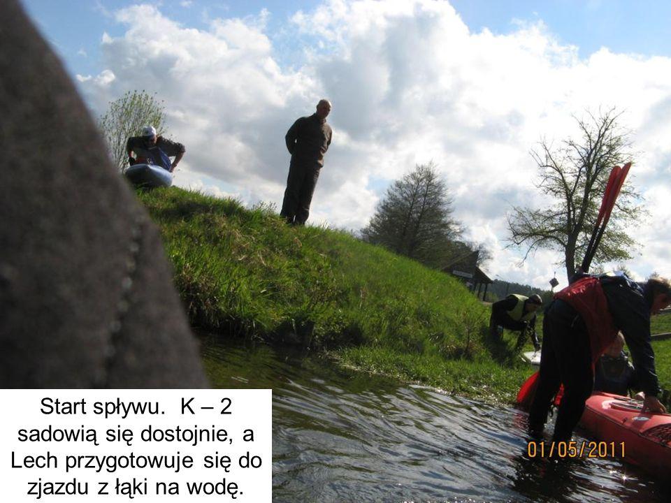 Start spływu. K – 2 sadowią się dostojnie, a Lech przygotowuje się do zjazdu z łąki na wodę.
