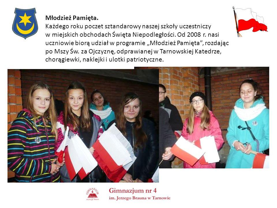 Młodzież Pamięta. Każdego roku poczet sztandarowy naszej szkoły uczestniczy w miejskich obchodach Święta Niepodległości. Od 2008 r. nasi uczniowie bio