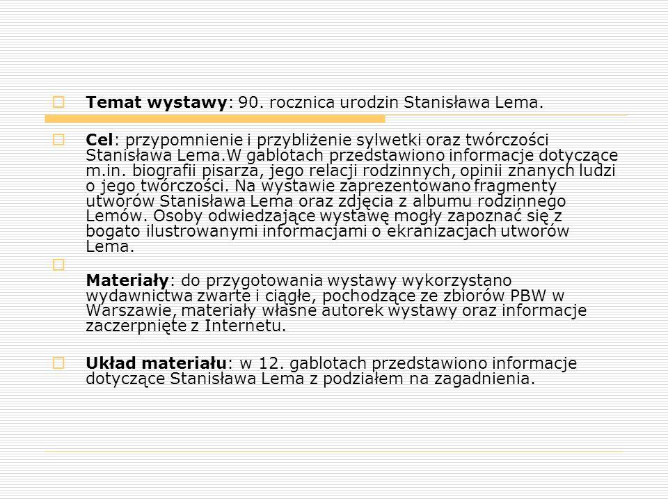  Temat wystawy: 90. rocznica urodzin Stanisława Lema.  Cel: przypomnienie i przybliżenie sylwetki oraz twórczości Stanisława Lema.W gablotach przeds