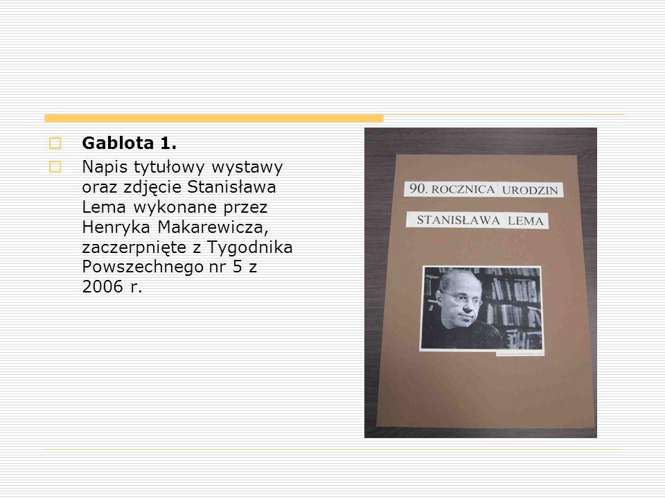  Gablota 1.  Napis tytułowy wystawy oraz zdjęcie Stanisława Lema wykonane przez Henryka Makarewicza, zaczerpnięte z Tygodnika Powszechnego nr 5 z 20
