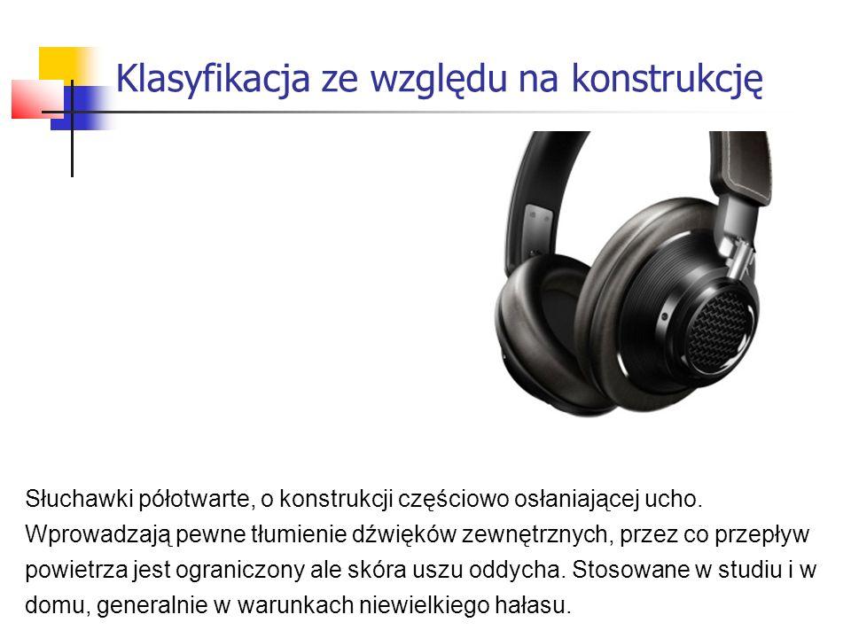 Słuchawki półotwarte, o konstrukcji częściowo osłaniającej ucho.