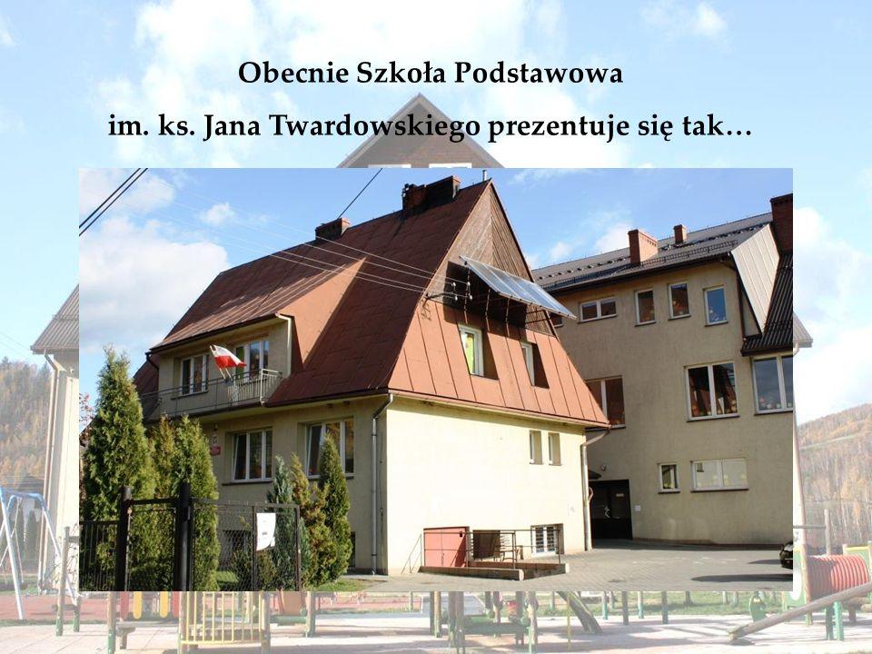 Obecnie Szkoła Podstawowa im. ks. Jana Twardowskiego prezentuje się tak…