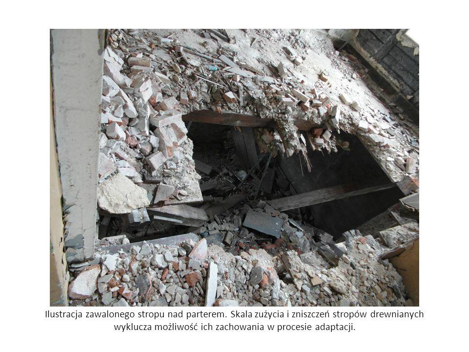 Ilustracja zawalonego stropu nad parterem. Skala zużycia i zniszczeń stropów drewnianych wyklucza możliwość ich zachowania w procesie adaptacji.