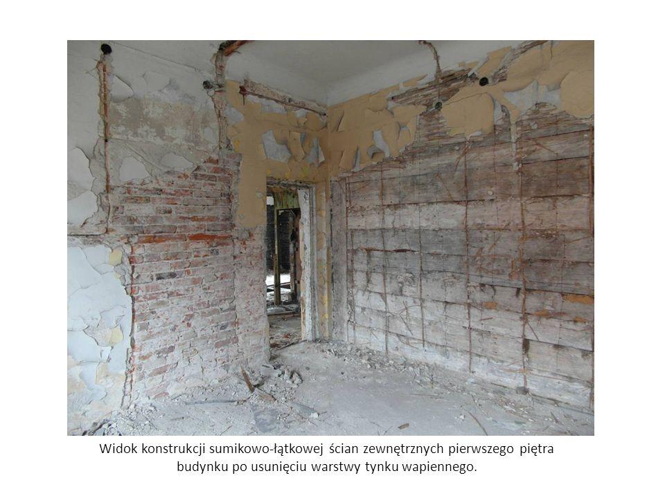 Widok konstrukcji sumikowo-łątkowej ścian zewnętrznych pierwszego piętra budynku po usunięciu warstwy tynku wapiennego.