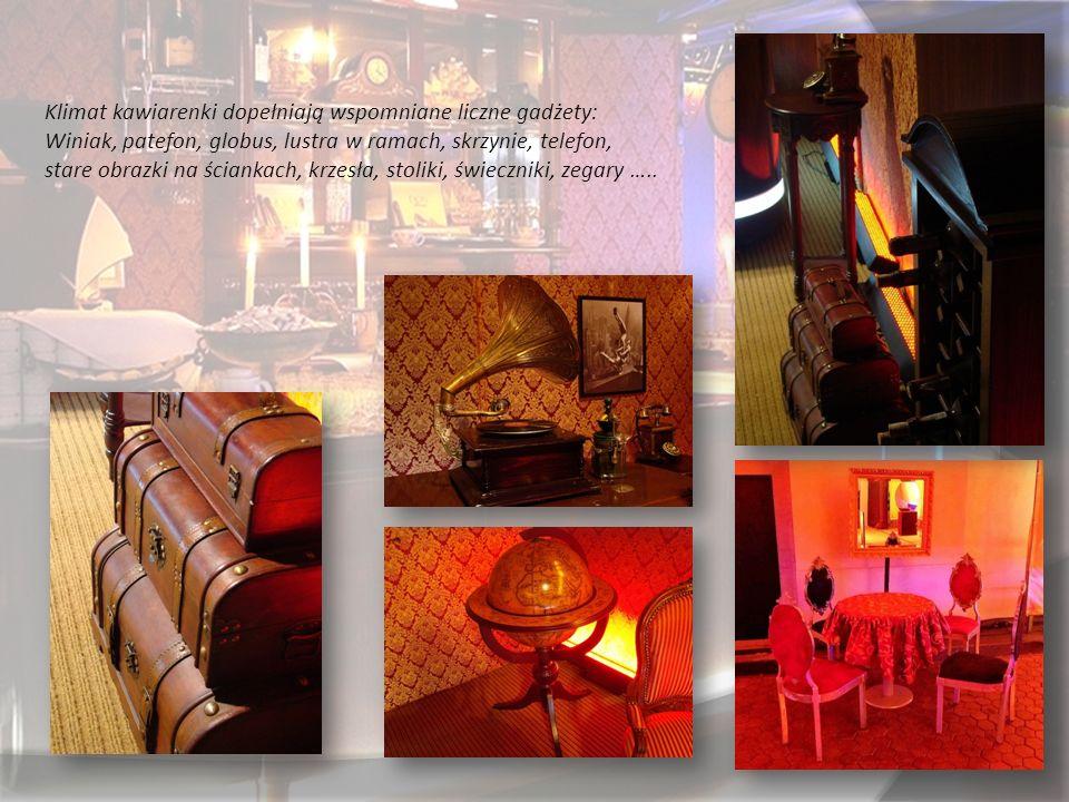 Klimat kawiarenki dopełniają wspomniane liczne gadżety: Winiak, patefon, globus, lustra w ramach, skrzynie, telefon, stare obrazki na ściankach, krzesła, stoliki, świeczniki, zegary …..