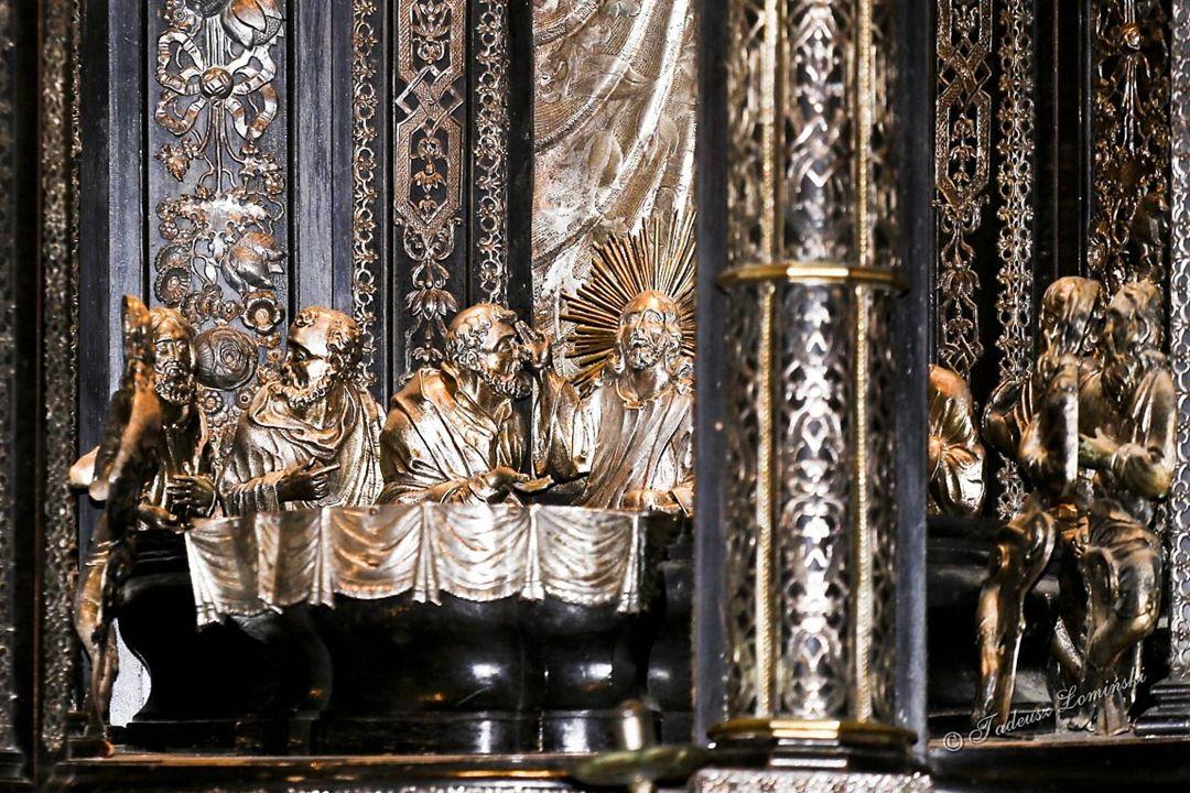 Ołtarz główny z 1712-1714, W nim honorowe miejsce zajmuje obraz Matki Bożej z 1640 r.