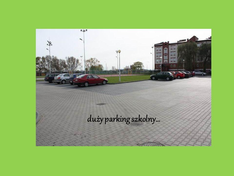 duży parking szkolny…