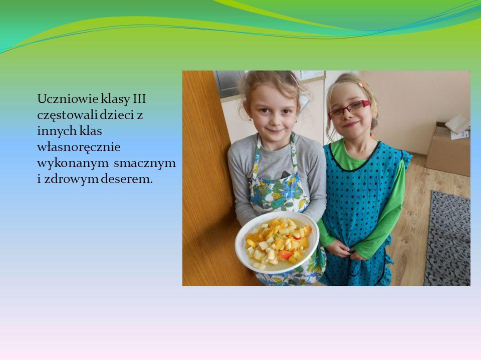 Uczniowie klasy III częstowali dzieci z innych klas własnoręcznie wykonanym smacznym i zdrowym deserem.