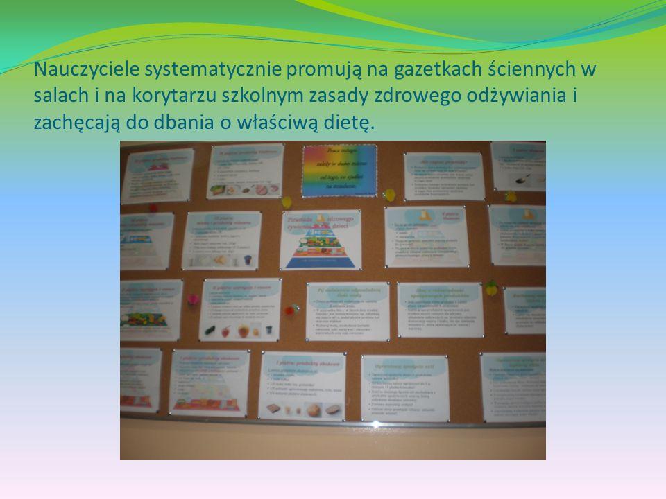 Nauczyciele systematycznie promują na gazetkach ściennych w salach i na korytarzu szkolnym zasady zdrowego odżywiania i zachęcają do dbania o właściwą dietę.
