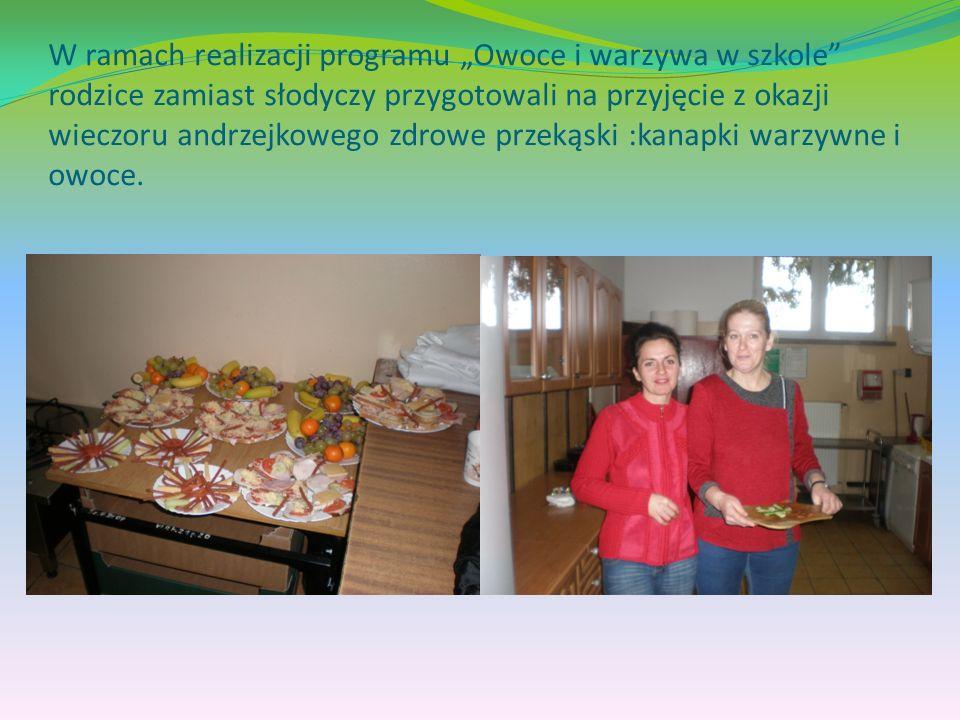 """W ramach realizacji programu """"Owoce i warzywa w szkole rodzice zamiast słodyczy przygotowali na przyjęcie z okazji wieczoru andrzejkowego zdrowe przekąski :kanapki warzywne i owoce."""