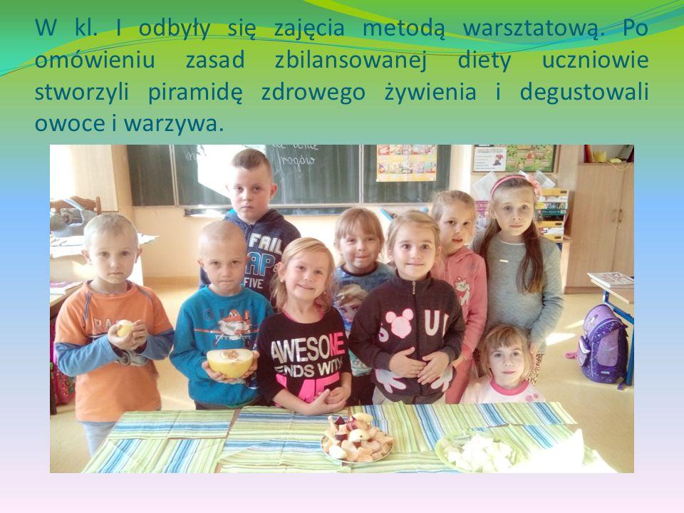 Podczas przyjęcia z okazji pasowania na ucznia, dzieci spożywały pyszne kanapki z warzywami przygotowane przez rodziców zamiast słodyczy.