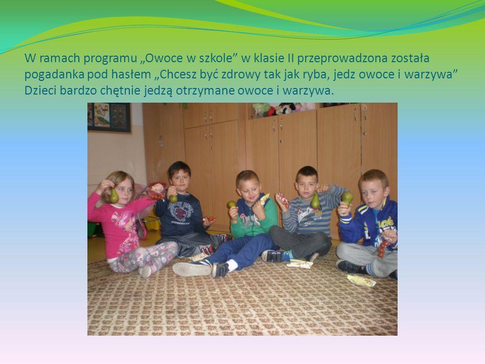 """W ramach programu """"Owoce w szkole w klasie II przeprowadzona została pogadanka pod hasłem """"Chcesz być zdrowy tak jak ryba, jedz owoce i warzywa Dzieci bardzo chętnie jedzą otrzymane owoce i warzywa."""