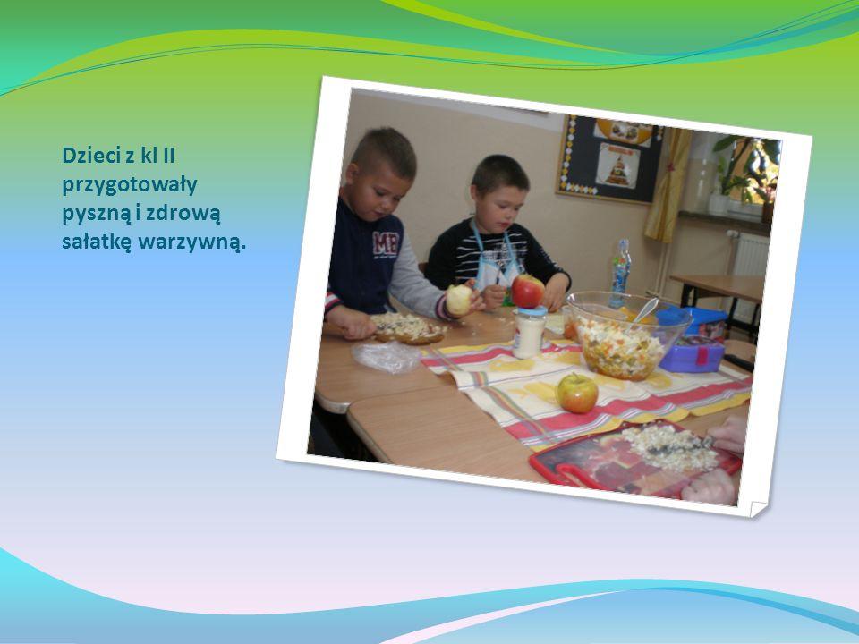 Uczniowie kl III przygotowali wystawę warzyw i owoców w kąciku przyrody.