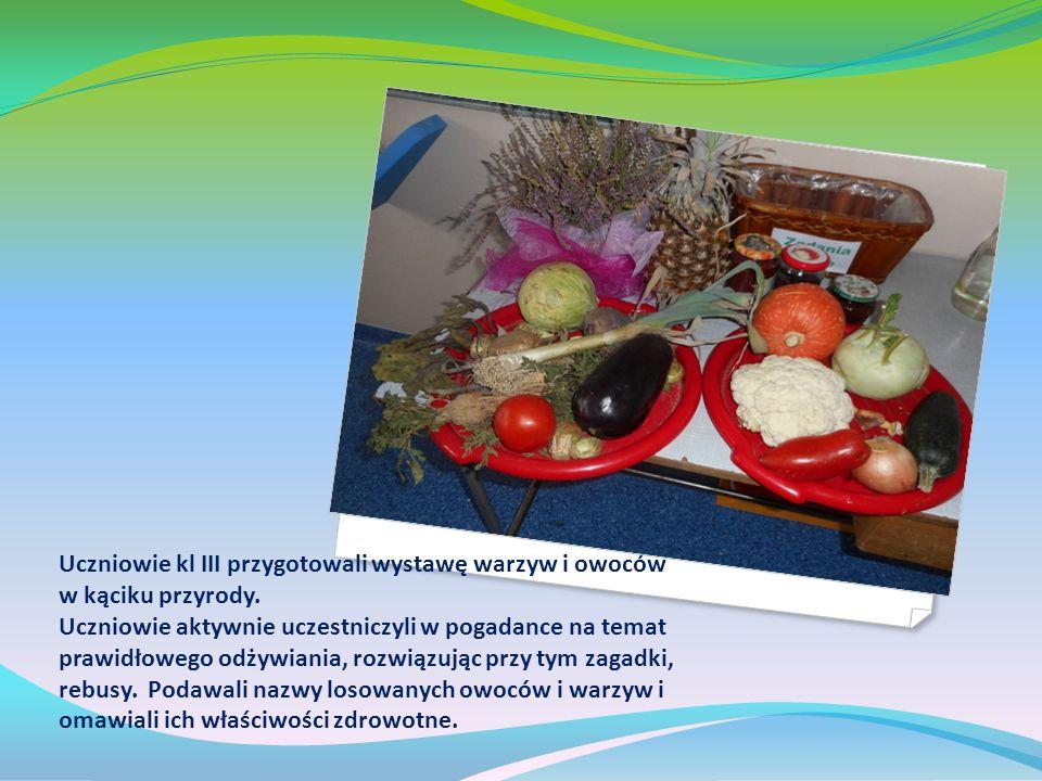 Następnie z pomocą rodziców uczniowie kl.III przyrządzili sałatkę owocową.