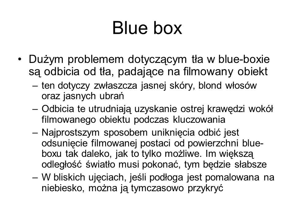 Blue box Dużym problemem dotyczącym tła w blue-boxie są odbicia od tła, padające na filmowany obiekt –ten dotyczy zwłaszcza jasnej skóry, blond włosów oraz jasnych ubrań –Odbicia te utrudniają uzyskanie ostrej krawędzi wokół filmowanego obiektu podczas kluczowania –Najprostszym sposobem uniknięcia odbić jest odsunięcie filmowanej postaci od powierzchni blue- boxu tak daleko, jak to tylko możliwe.