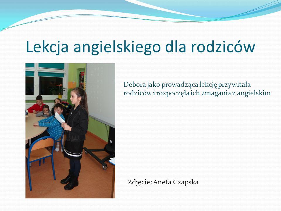 Lekcja angielskiego dla rodziców Debora jako prowadząca lekcję przywitała rodziców i rozpoczęła ich zmagania z angielskim Zdjęcie: Aneta Czapska