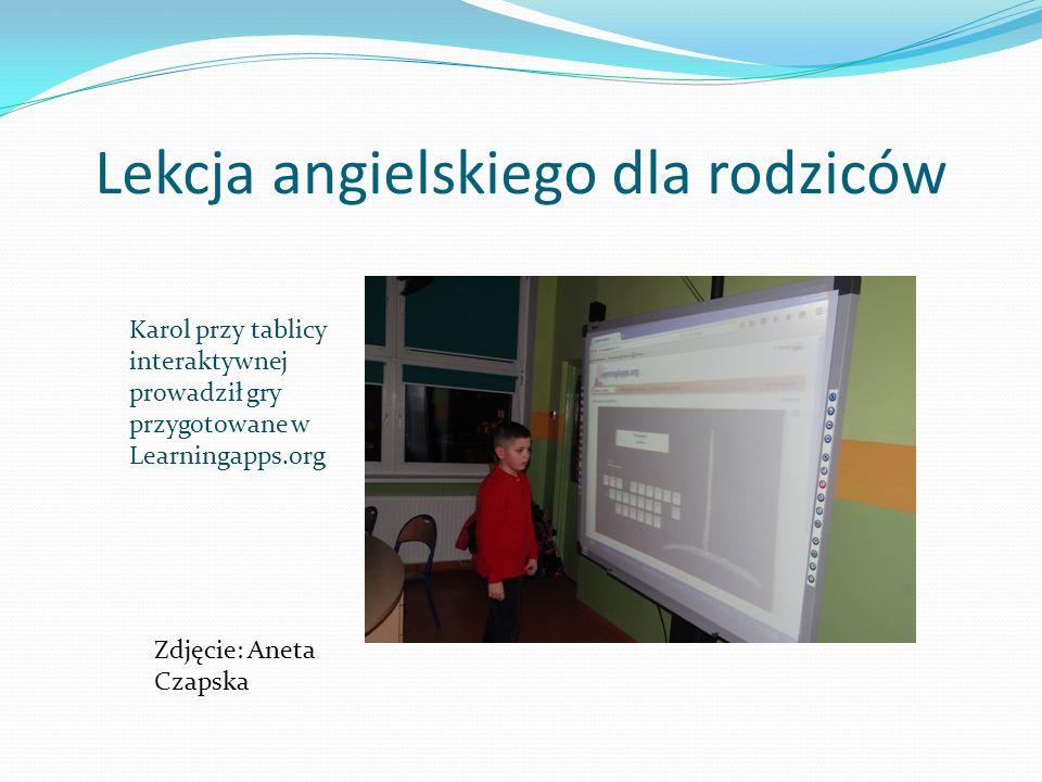 Lekcja angielskiego dla rodziców Karol przy tablicy interaktywnej prowadził gry przygotowane w Learningapps.org Zdjęcie: Aneta Czapska