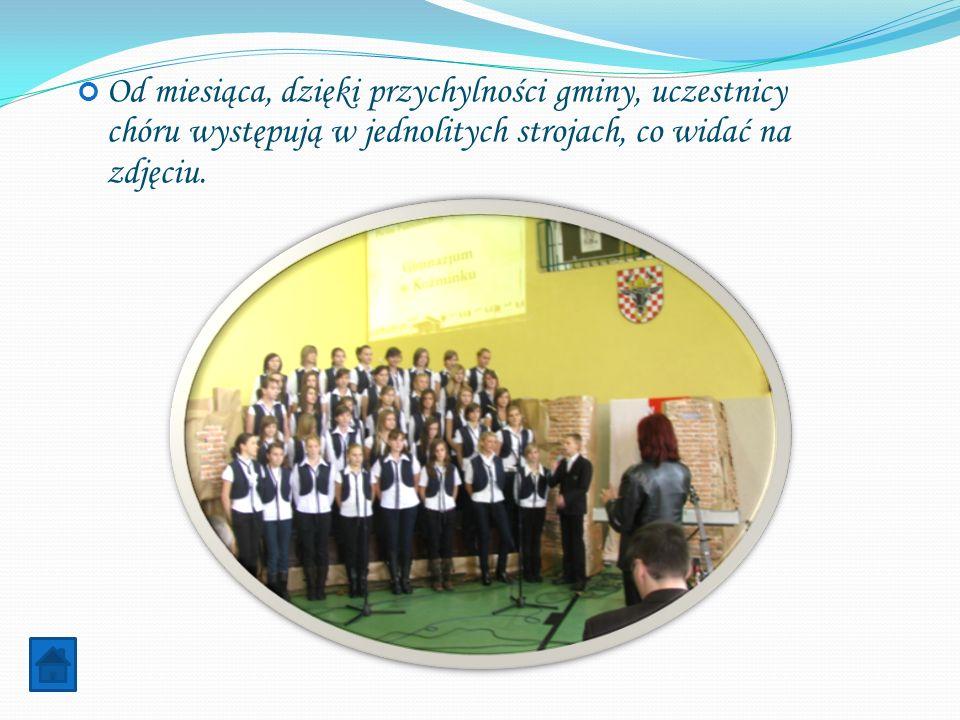 Od miesiąca, dzięki przychylności gminy, uczestnicy chóru występują w jednolitych strojach, co widać na zdjęciu.