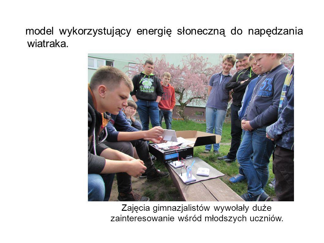 model wykorzystujący energię słoneczną do napędzania wiatraka. Zajęcia gimnazjalistów wywołały duże zainteresowanie wśród młodszych uczniów.