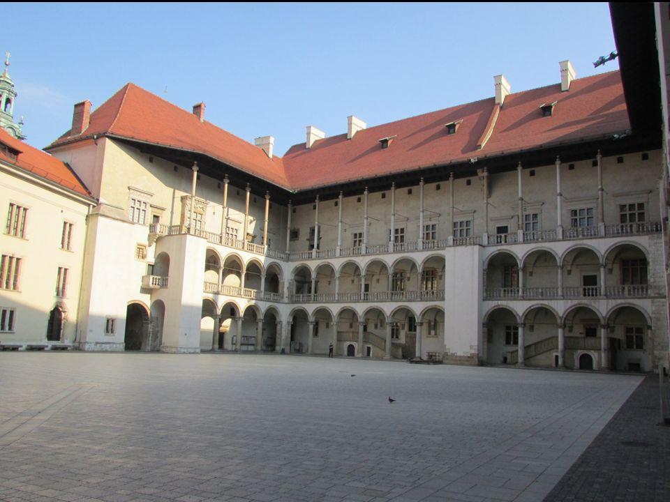  wybucha pożar gmachu na Wawelu – 1499 r.,  odbudowę rozpoczyna Franciszek Florentczyk - 1504 r.,  po śmierci pierwszego z architektów nadzór nad budową przejął Benedykt z Sandomierza – 1530 r.,  Benedykt z Sandomierza nie podołał zadaniu  nadzór na budową przejął Bartłomiej Berrecci, który budował kaplicę zygmuntowską Dokończył on odbudowę.