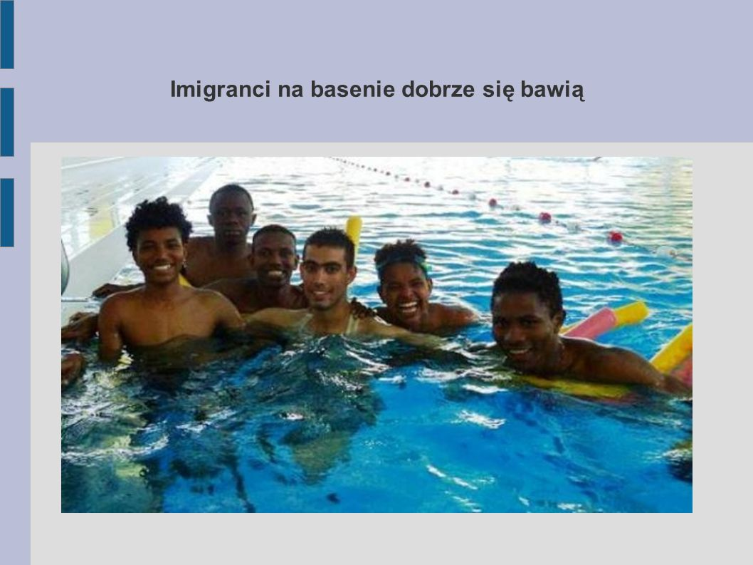 Imigranci na basenie dobrze się bawią