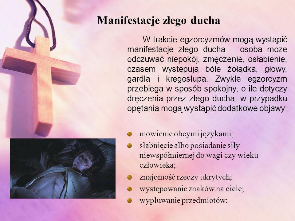 Na początku egzorcysta kropi osobę wodą święconą na upamiętnienie oczyszczenia otrzymanego w chrzcie; Następuje modlitwa litanijna, czytanie psalmów i