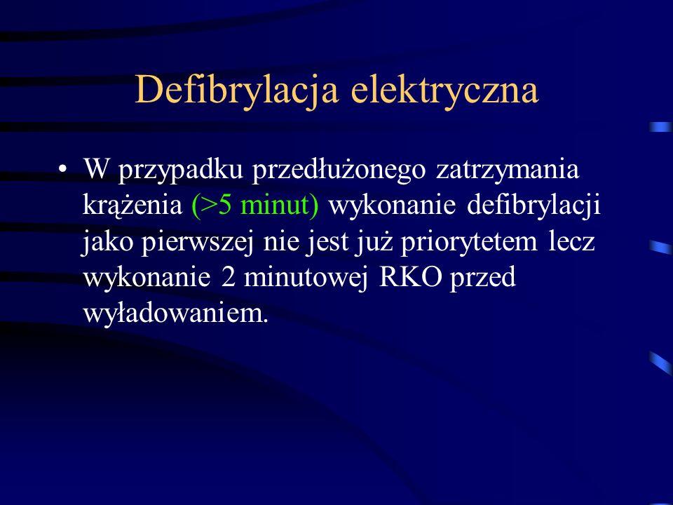 Defibrylacja elektryczna W przypadku przedłużonego zatrzymania krążenia (>5 minut) wykonanie defibrylacji jako pierwszej nie jest już priorytetem lecz wykonanie 2 minutowej RKO przed wyładowaniem.