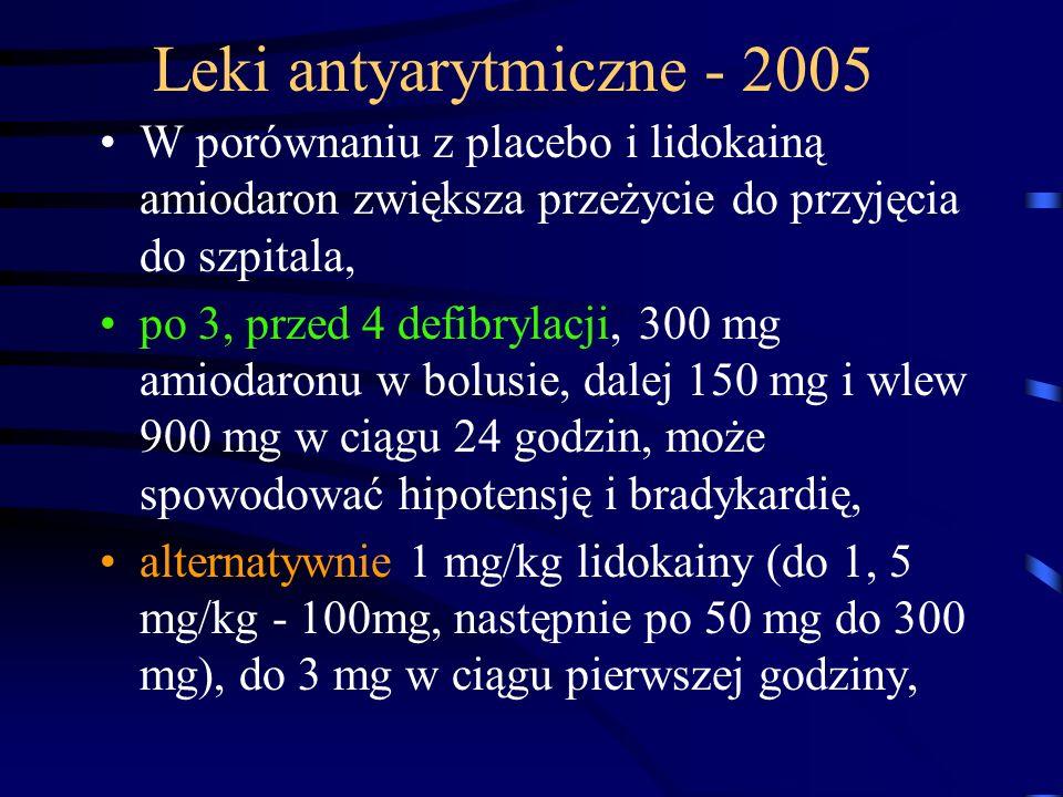 Leki antyarytmiczne - 2005 W porównaniu z placebo i lidokainą amiodaron zwiększa przeżycie do przyjęcia do szpitala, po 3, przed 4 defibrylacji, 300 mg amiodaronu w bolusie, dalej 150 mg i wlew 900 mg w ciągu 24 godzin, może spowodować hipotensję i bradykardię, alternatywnie 1 mg/kg lidokainy (do 1, 5 mg/kg - 100mg, następnie po 50 mg do 300 mg), do 3 mg w ciągu pierwszej godziny,