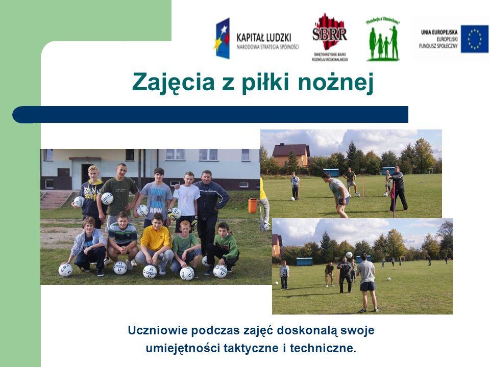 Zajęcia z piłki nożnej Uczniowie podczas zajęć doskonalą swoje umiejętności taktyczne i techniczne.