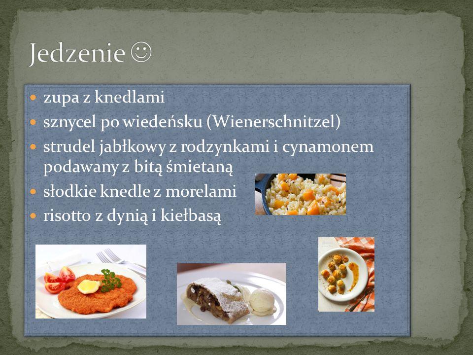 zupa z knedlami sznycel po wiedeńsku (Wienerschnitzel) strudel jabłkowy z rodzynkami i cynamonem podawany z bitą śmietaną słodkie knedle z morelami ri