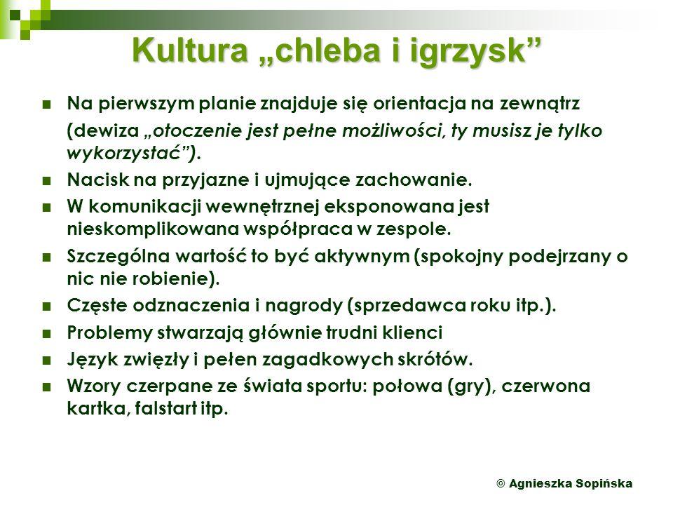 """© Agnieszka Sopińska Kultura """"chleba i igrzysk Na pierwszym planie znajduje się orientacja na zewnątrz (dewiza """"otoczenie jest pełne możliwości, ty musisz je tylko wykorzystać )."""