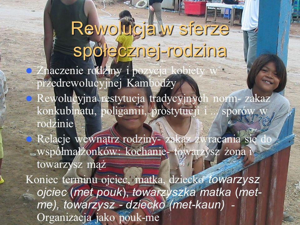 Rewolucja w sferze społecznej-rodzina Znaczenie rodziny i pozycja kobiety w przedrewolucyjnej Kambodży Rewolucyjna restytucja tradycyjnych norm- zakaz
