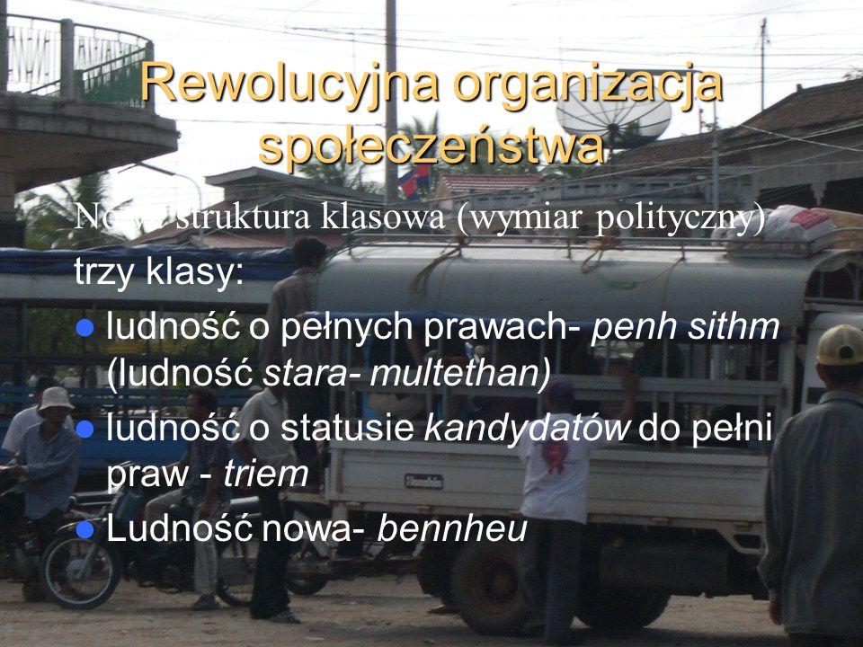 Rewolucyjna organizacja społeczeństwa Nowa struktura klasowa (wymiar polityczny) trzy klasy: ludność o pełnych prawach- penh sithm (ludność stara- mul