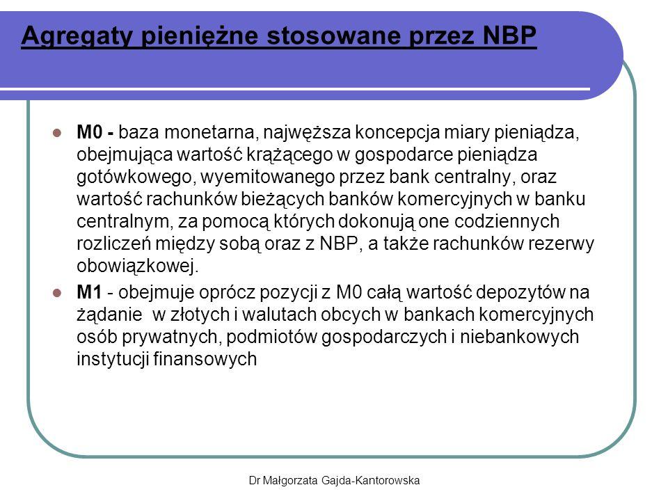 Agregaty pieniężne stosowane przez NBP M0 - baza monetarna, najwęższa koncepcja miary pieniądza, obejmująca wartość krążącego w gospodarce pieniądza gotówkowego, wyemitowanego przez bank centralny, oraz wartość rachunków bieżących banków komercyjnych w banku centralnym, za pomocą których dokonują one codziennych rozliczeń między sobą oraz z NBP, a także rachunków rezerwy obowiązkowej.