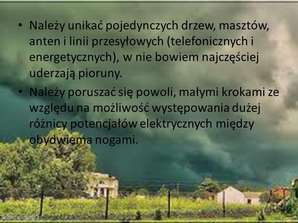 Należy unikać pojedynczych drzew, masztów, anten i linii przesyłowych (telefonicznych i energetycznych), w nie bowiem najczęściej uderzają pioruny. Na
