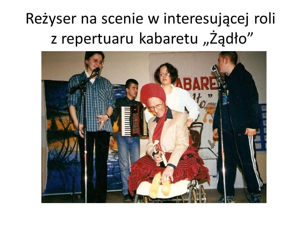 """Reżyser na scenie w interesującej roli z repertuaru kabaretu """"Żądło"""