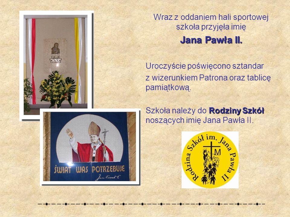 Wraz z oddaniem hali sportowej szkoła przyjęła imię Jana Pawła II.