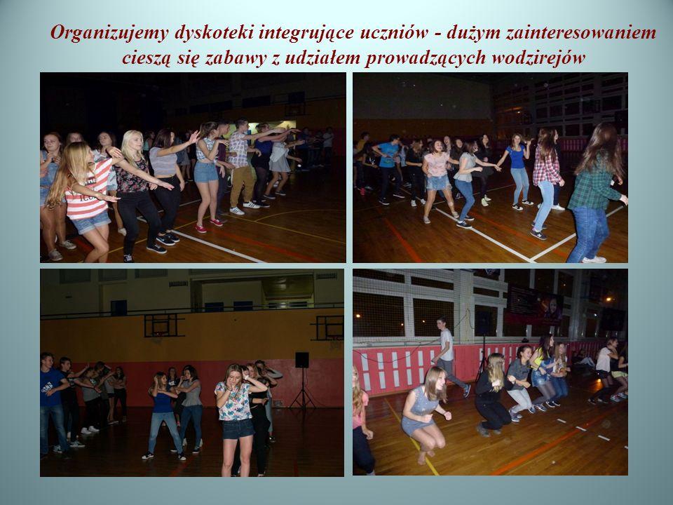 Organizujemy dyskoteki integrujące uczniów - dużym zainteresowaniem cieszą się zabawy z udziałem prowadzących wodzirejów