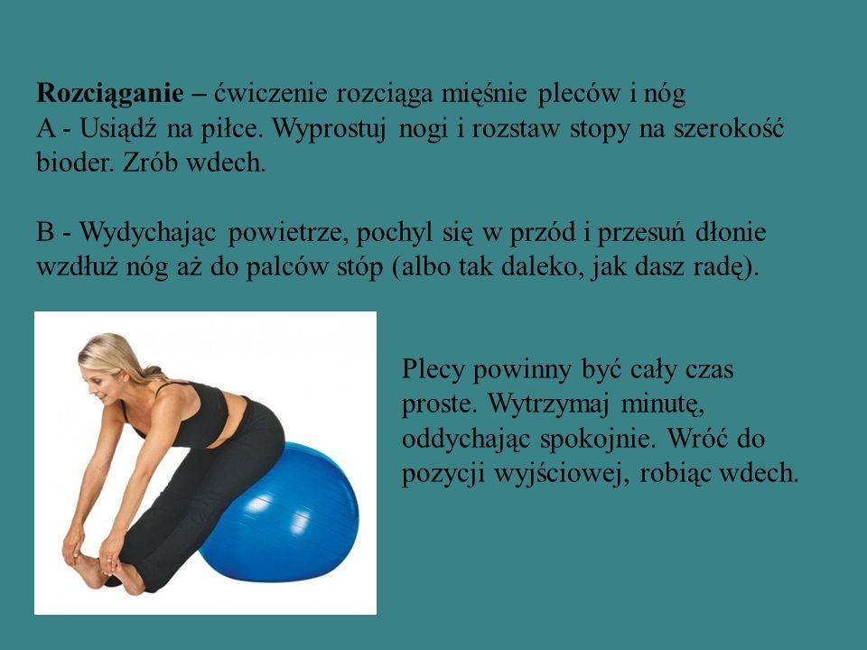 Rozciąganie – ćwiczenie rozciąga mięśnie pleców i nóg A - Usiądź na piłce. Wyprostuj nogi i rozstaw stopy na szerokość bioder. Zrób wdech. B - Wydycha