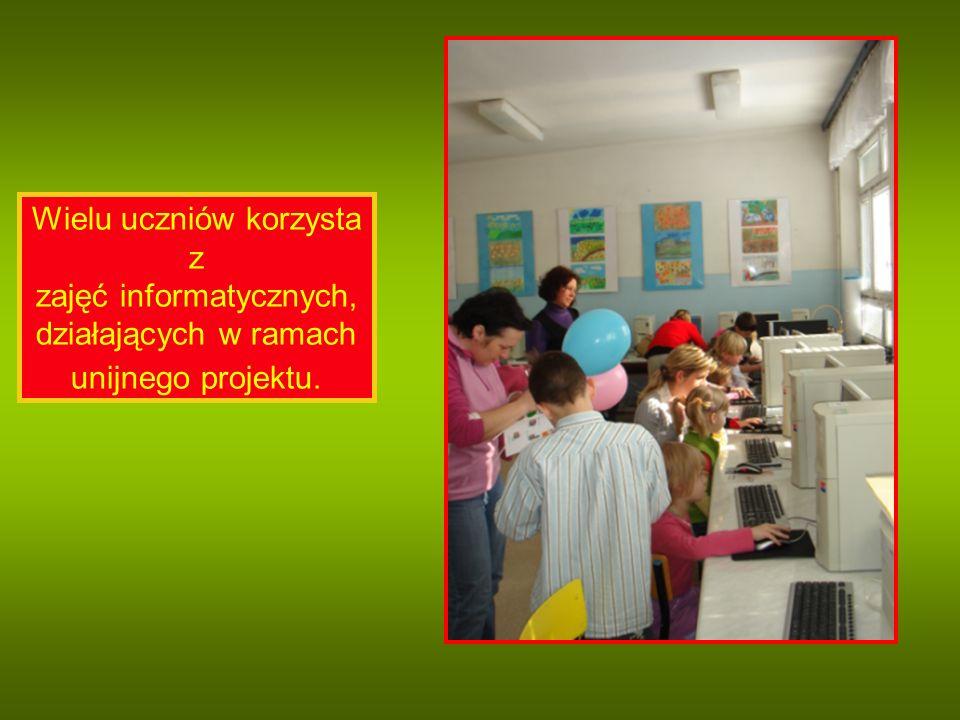 Wielu uczniów korzysta z zajęć informatycznych, działających w ramach unijnego projektu.