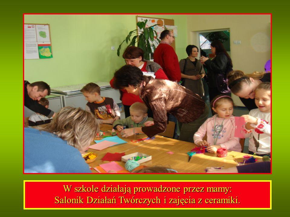 W szkole działają prowadzone przez mamy: Salonik Działań Twórczych i zajęcia z ceramiki.