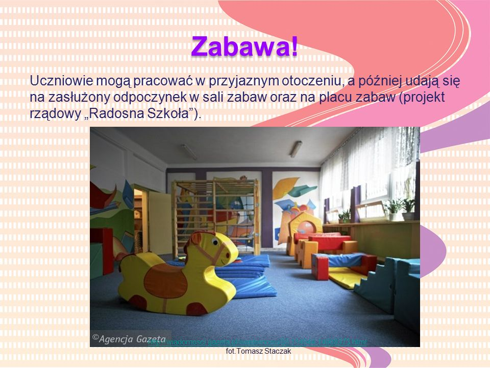 """Uczniowie mogą pracować w przyjaznym otoczeniu, a później udają się na zasłużony odpoczynek w sali zabaw oraz na placu zabaw (projekt rządowy """"Radosna Szkoła )."""
